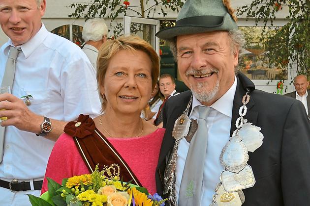 Die Königskette erhielt Manfred Wilhelmer bei der Proklamation. Zur Königin erkor er sich Renate Hauling. Foto: hhe
